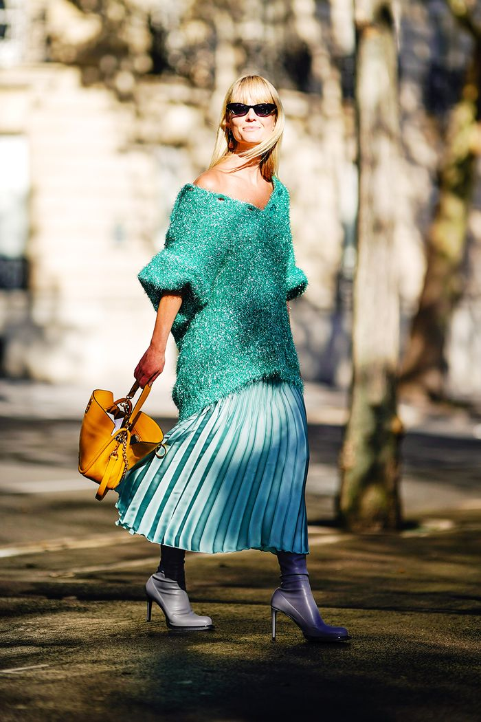 Pleated skirt outfits: Baggy knit look