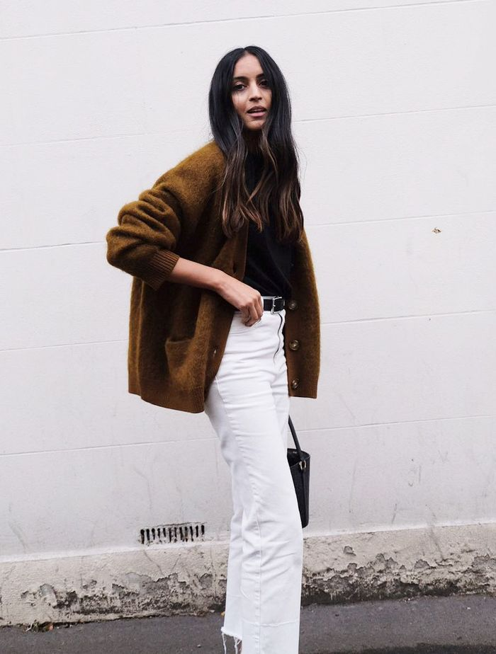 Ume-Romaan style: Wearing a tan cardigan and white jeans