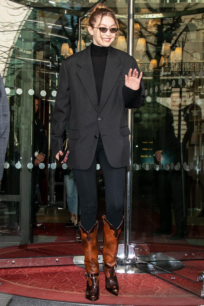 Gigi Hadid wearing skinny jeans
