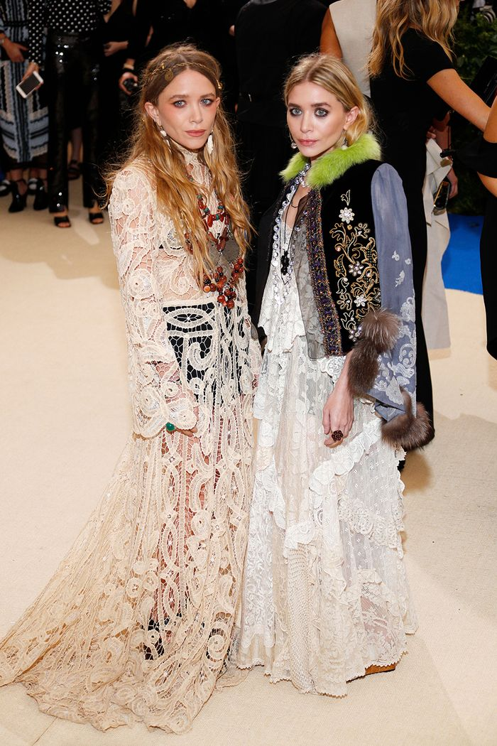 Anti-trend fashion looks: the Olsen twins wearing boho lace gowns