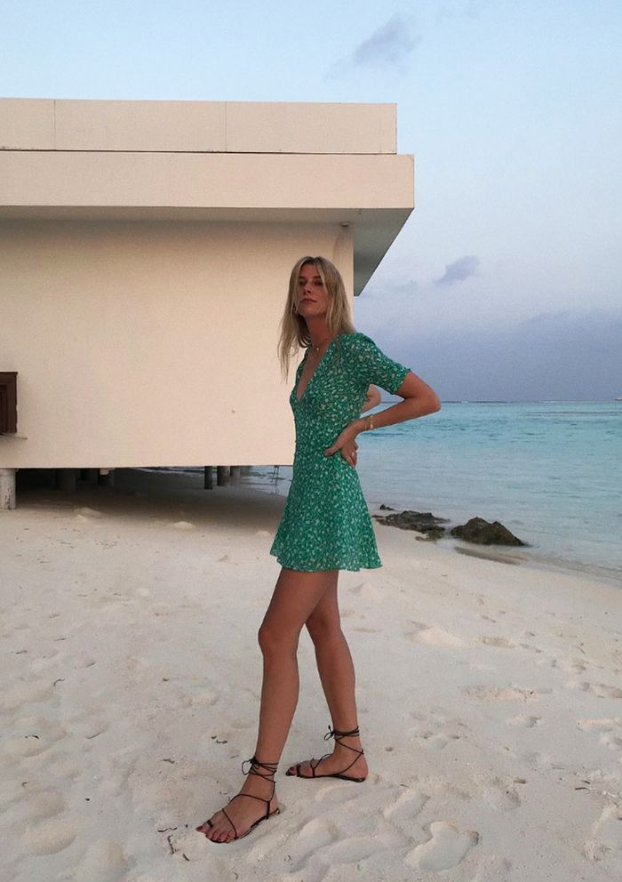 Beach party outfits: green dress and boots