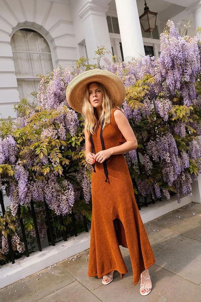 Summer microtrends 2019: Jessie Bush in a brown knit dress and straw hat with ribbons
