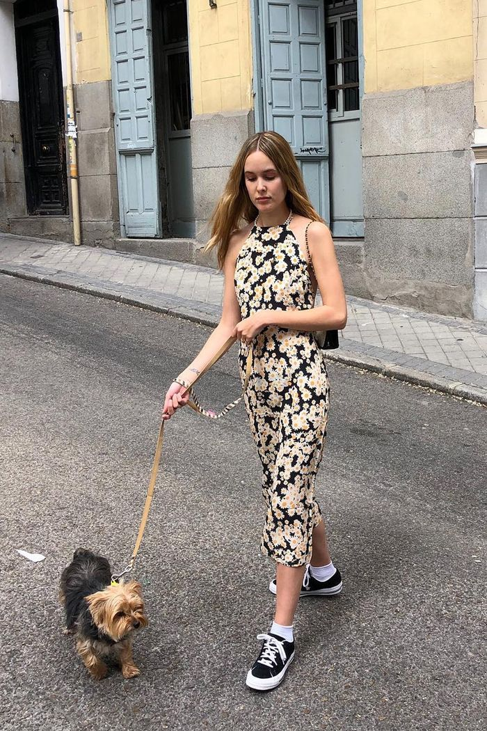 Realisation Par UK: Lucia Cuesta wearing Réalisation's daisy-printed Jeet Flower Power Dress.