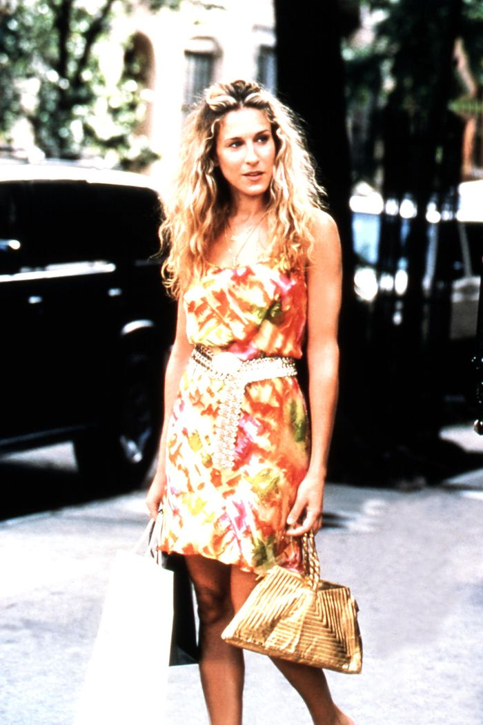 Carrie Bradshaw summer outfits: wearing a floral dress with gold accessories
