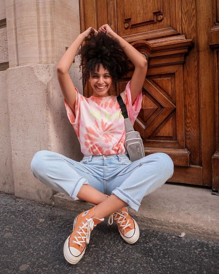Tie Dye T-Shirt Trend: Tie dye top with jeans and converse