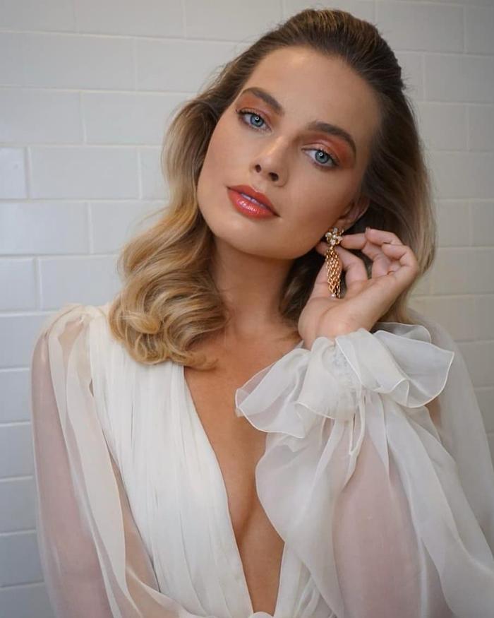 Best Margot Robbie Beauty Looks: 70s summer vibes