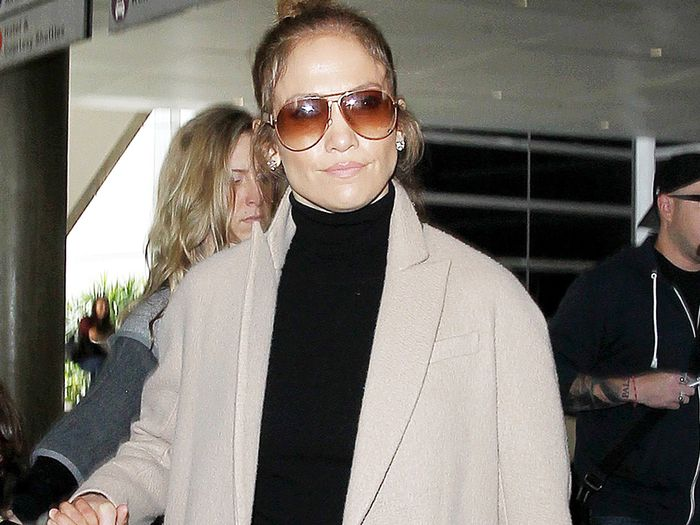 J Lo Always Wears These 5 Basics To The Airport Who What Wear