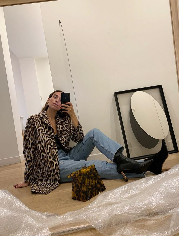 Coat Outfit Ideas: @erika_boldrin wears a leopard print coat with jeans