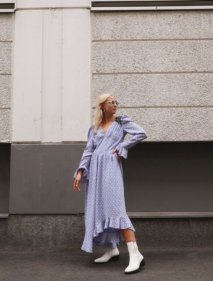 How to Wear White Boots: @fannyestrand wears white boots with a lilac midi dress