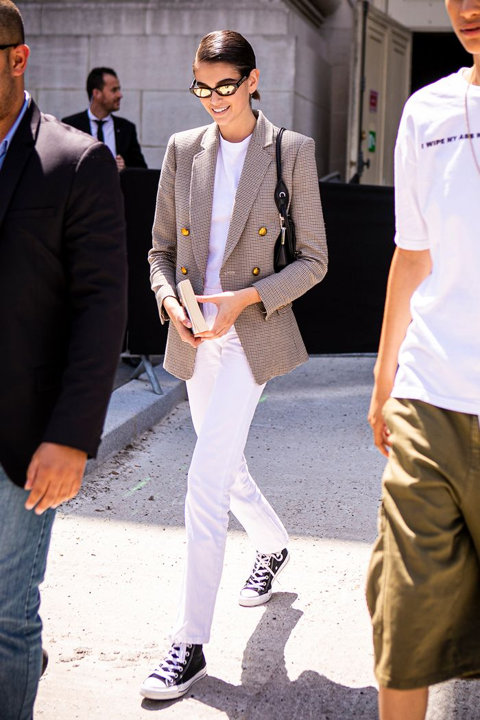 How to wear Converse: Kaia in white jeans and blazer