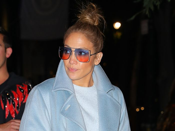 How J Lo Made Baggy Jeans And A Sweater Look Expensive Who What Wear
