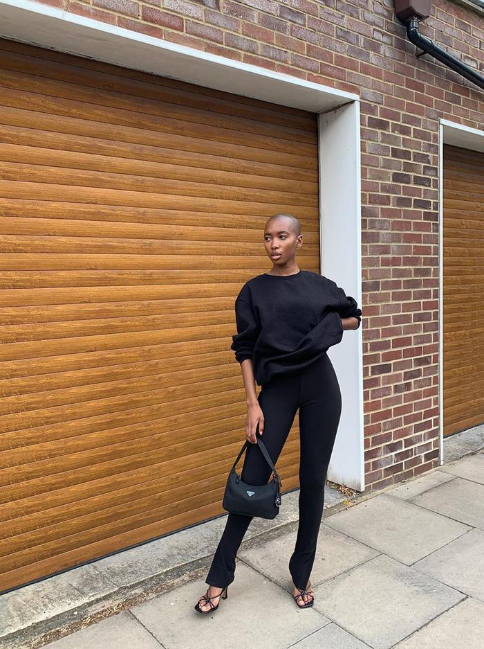 How to wear leggings 2020:  black sweatshirt and nylon bag