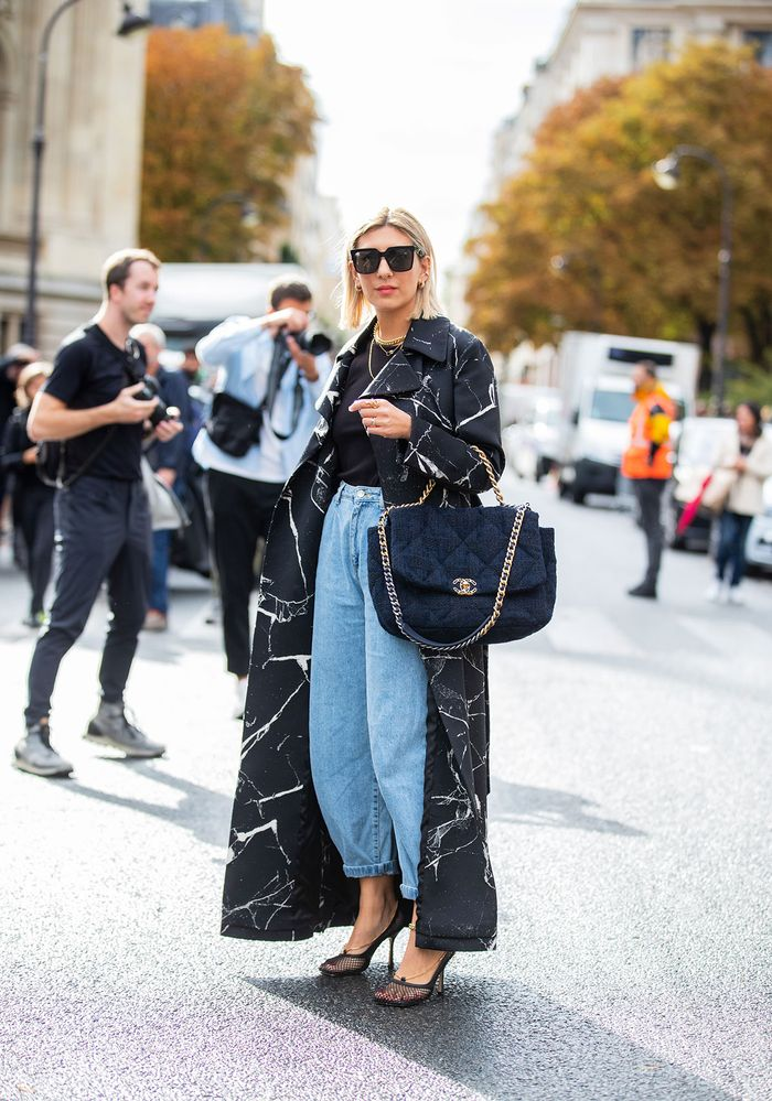 How to wear balloon jeans with a t-shirt and heels