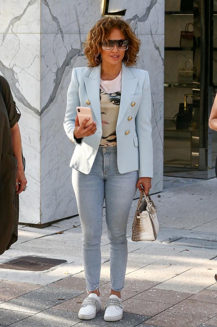 Jennifer Lopez wearing skinny jeans and sneakers