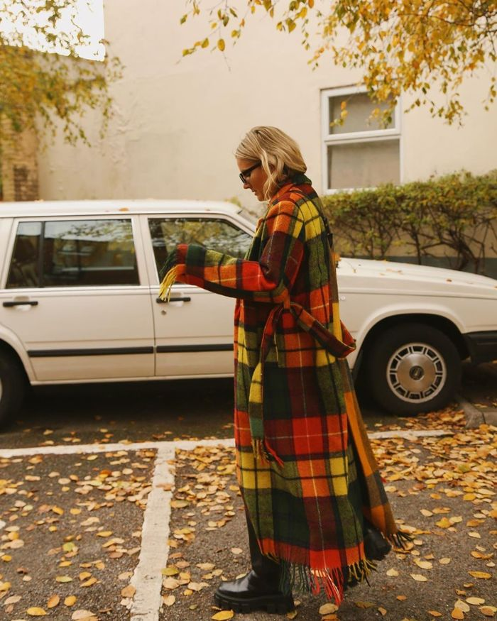 flannel outfits: influencers wearing checked shirts