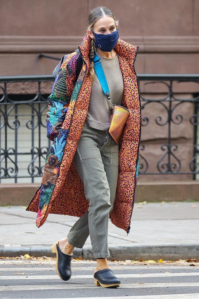 Sarah Jessica Parker wearing clogs