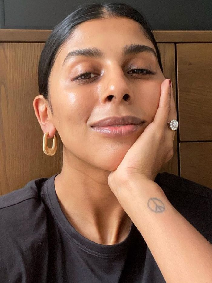 engagement ring trends 2021: monikh dale wearing a diamond engagement ring