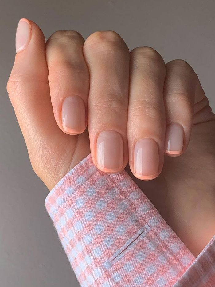 Micro manicure: peach tips