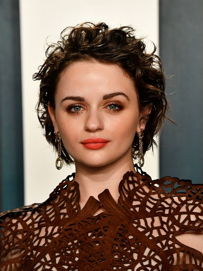 23 Gorgeous Short Hairstyles For Round Face Shapes Who What Wear