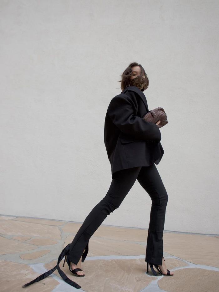 blazers and leggings outfits: julia vaughn in a pair of black leggings and black blazer