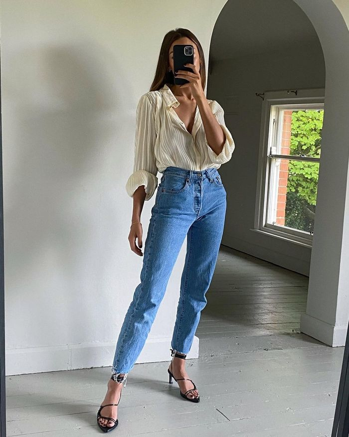 Shoes to Wear with Mom Jeans: @smythsisters wears strappy heeled sandals with mom jeans