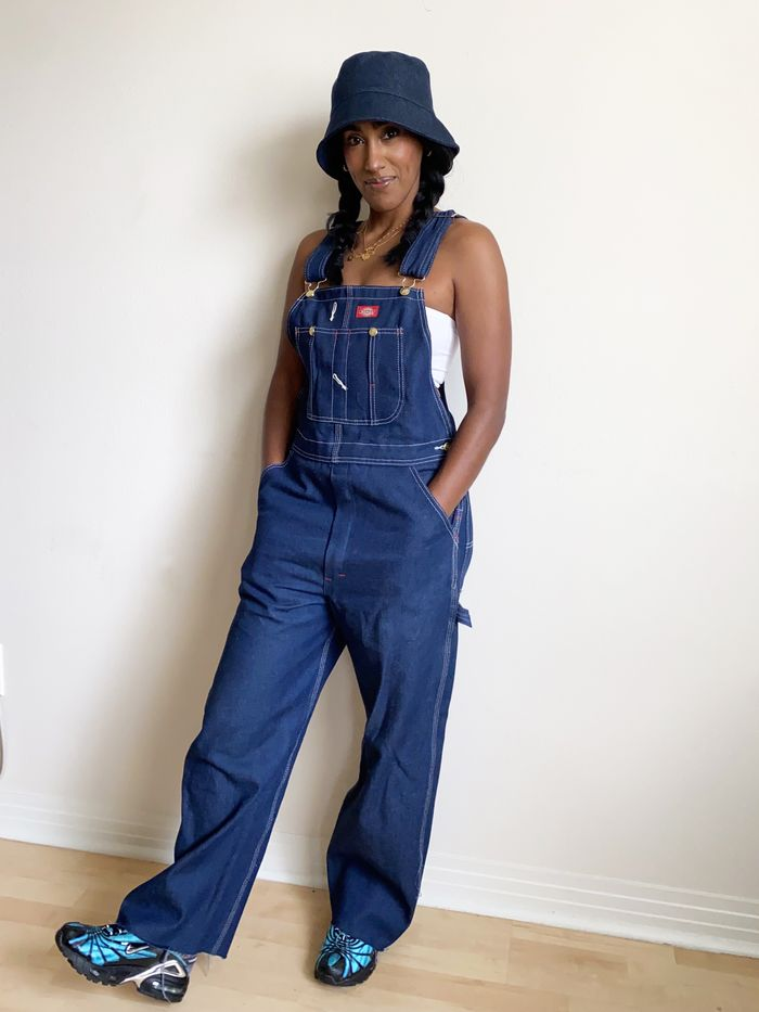 2021 loose clothing trend: baggy overalls