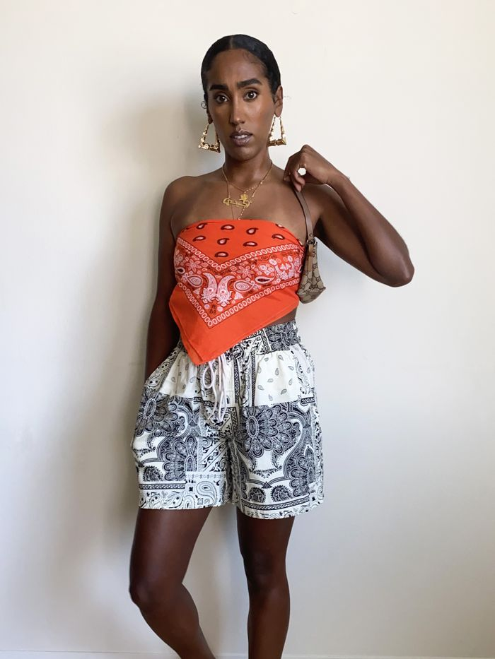 Mixing patterns in fashion in 2021: scarf top and shorts