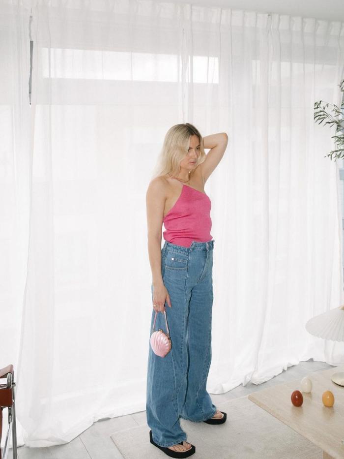 gen z denim trends: lucy williams in loose-fit jeans