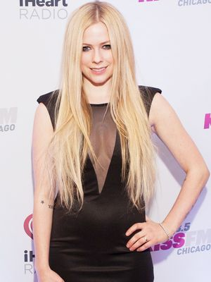 Avril Lavigne Shows Off Giant, 17-Carat Diamond Ring On Twitter