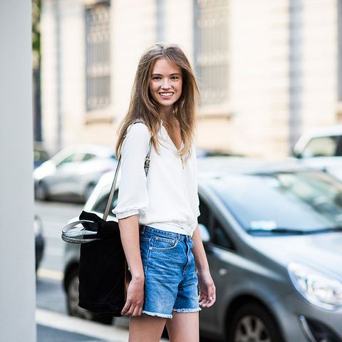 white shirt jean shorts street style