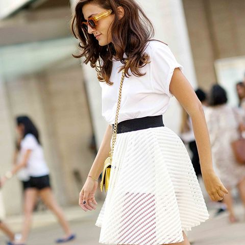 White t-shirt street style