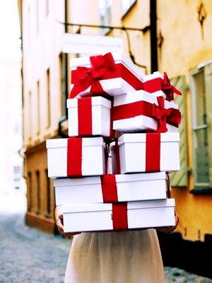 Re-Gifting Etiquette: 5 Rules for the Holiday Season