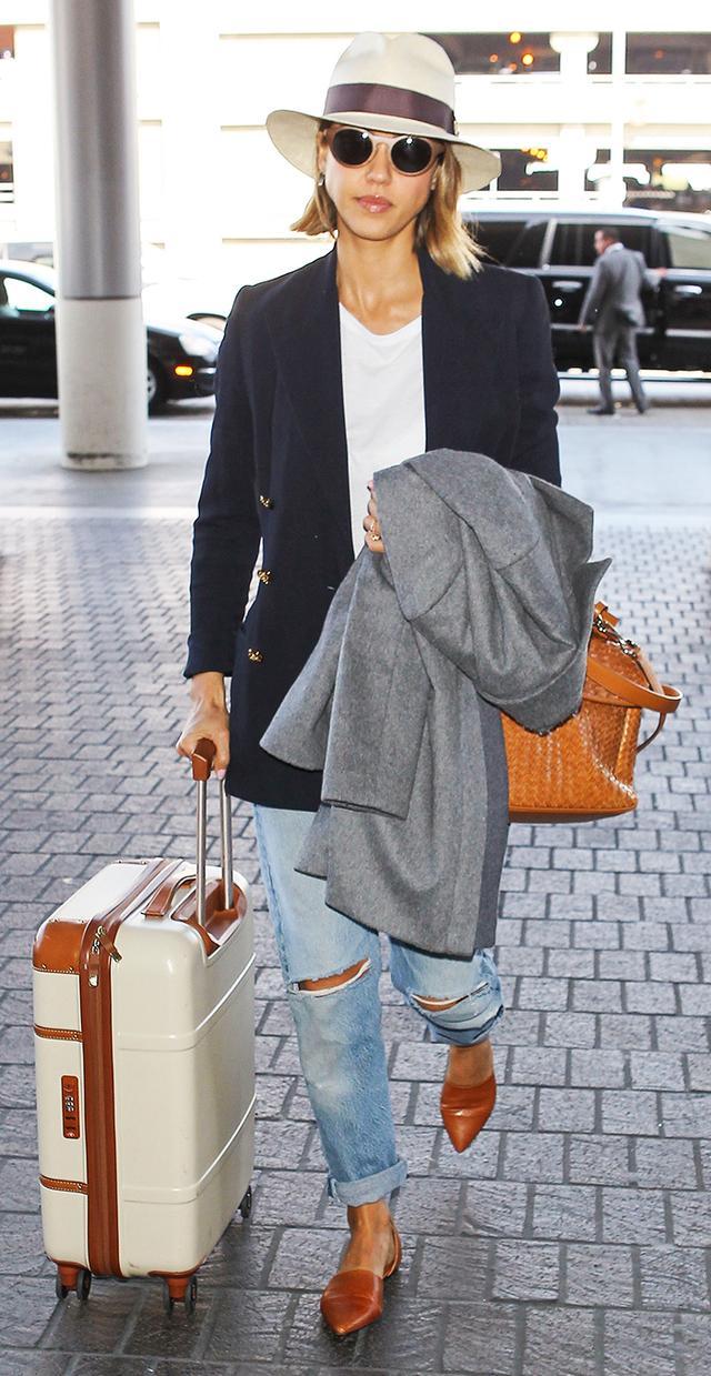 Jessica Alba: Oversized Blazer + T-Shirt + Coat