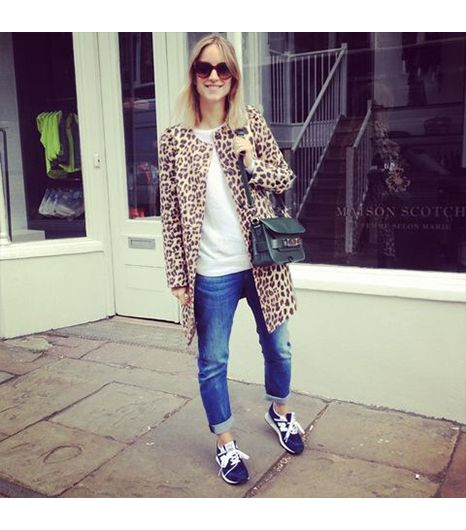 Thefashionguitar is wearing: Zara coat, Zara jeans, New Balance sneakers, Proenza Schouler bag, Prada sunglasses.