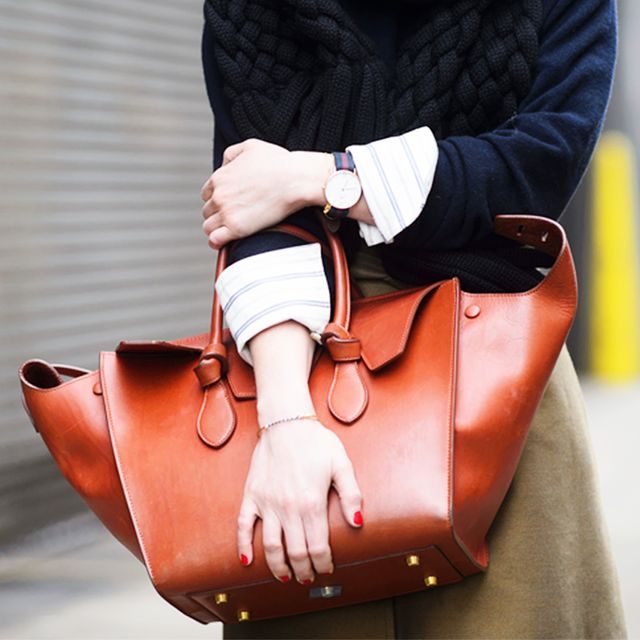 What Your Bag-Carrying Style Is Secretly Communicating