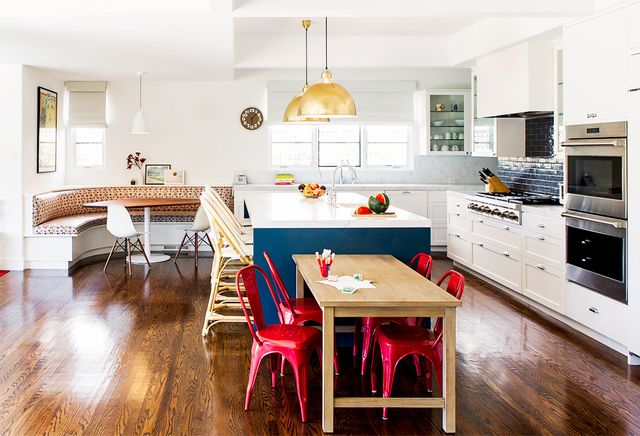 The client's worked with Bestor Architecture tocreatea massive open space between the kitchen, breakfast nook, and family room by removing walls. Sklarcites this new...