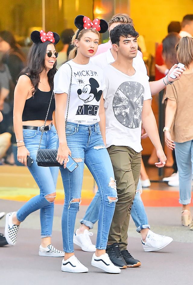 Gigi Hadid: Graphic tee + Distressed jeans + Sneakers