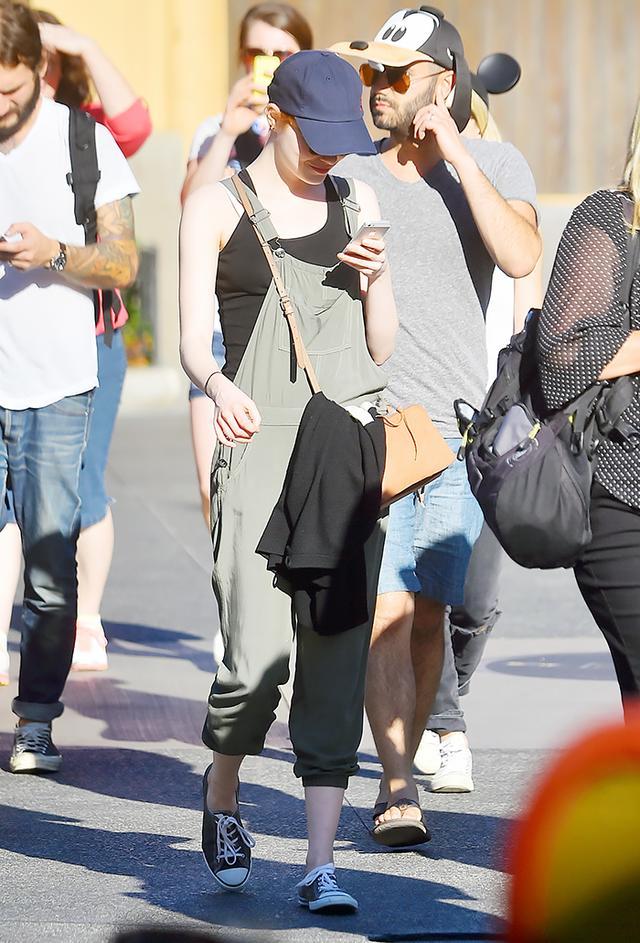 Emma Stone: Khaki overalls + Tank + Converse sneakers + Baseball cap