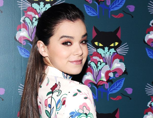 "Why Taylor Swift Thinks Hailee Steinfeld Smells ""Really Good"""