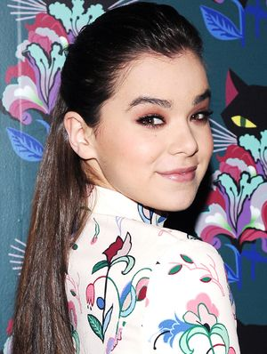 """Why Taylor Swift Thinks Hailee Steinfeld Smells """"Really Good"""""""