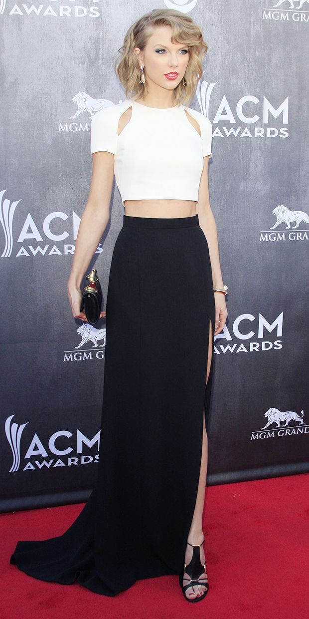 Taylor Swift Turns Up The Heat At The ACM Awards